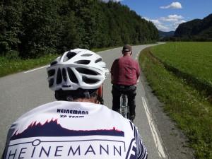 Rolf accompanies us down the road. Rolf begleitet uns ein Stück des Weges.