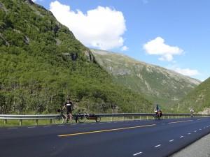 We are not the only cyclists fighting uphill. Wir sind nicht die einzigen Radler, die bergauf kämpfen.